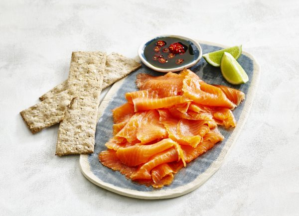Petuna smoked OceanTrou tSliced on plate_crackers at angle